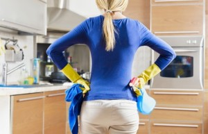 454-292-woman_cleaning_house